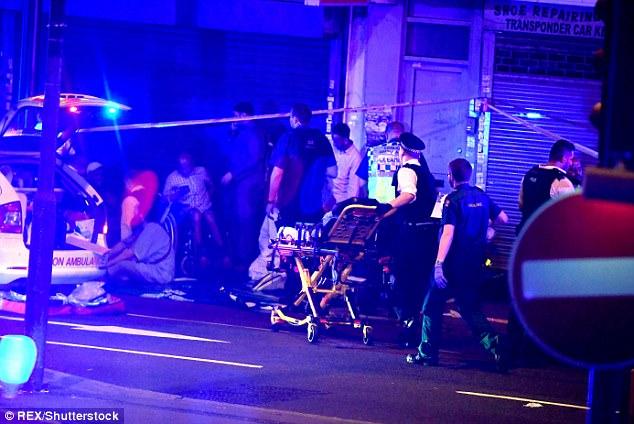 Los servicios de emergencia carrera para conseguir una camilla a los heridos esparcidos por las aceras después del ataque