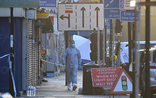 Un miembro de un equipo forense de la policía es visto esta mañana en el interior del cordón de cerca de Finsbury Park