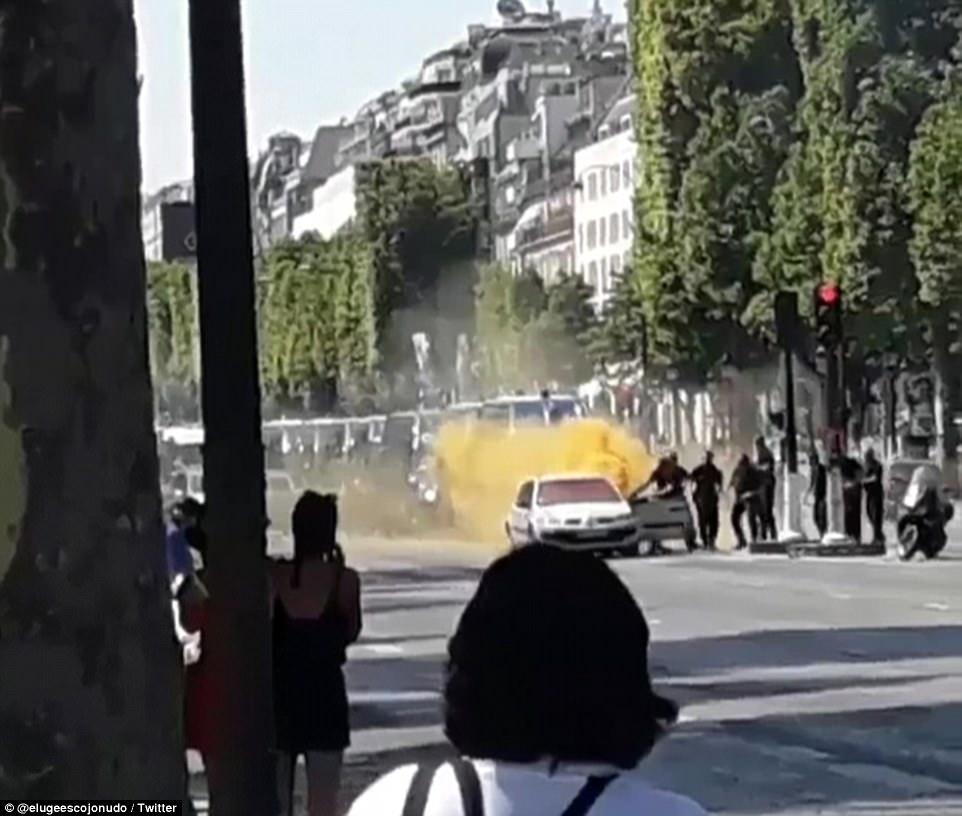 A los 31 años de edad, extremista que era conocido por las autoridades francesas se ve aquí se tira de los vehículos en llamas por los agentes