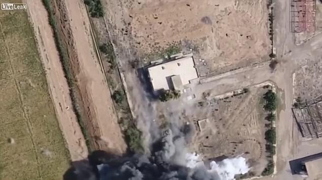Los soldados fueron alcanzados por la metralla y cayeron al suelo cuando huían de la explosión en Siria