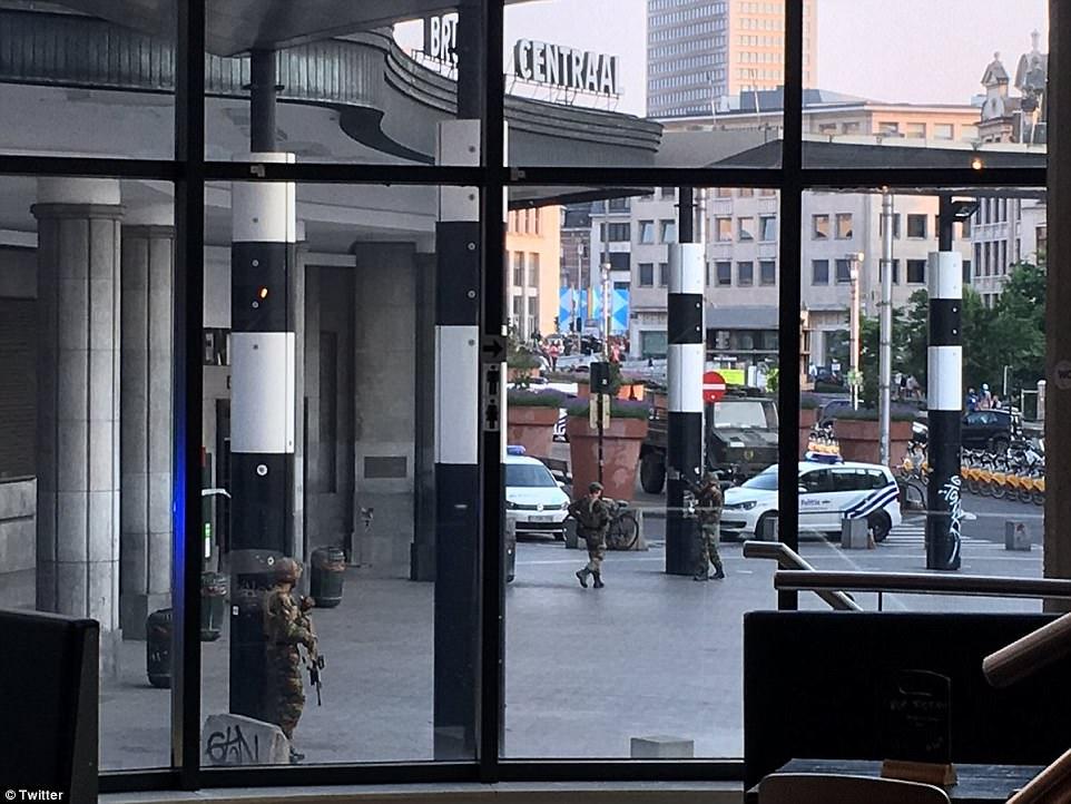 Uno de los sospechosos ha sido disparado por los militares, un oficial de la ley belga de alto nivel ha dicho. En la foto, los soldados en la escena