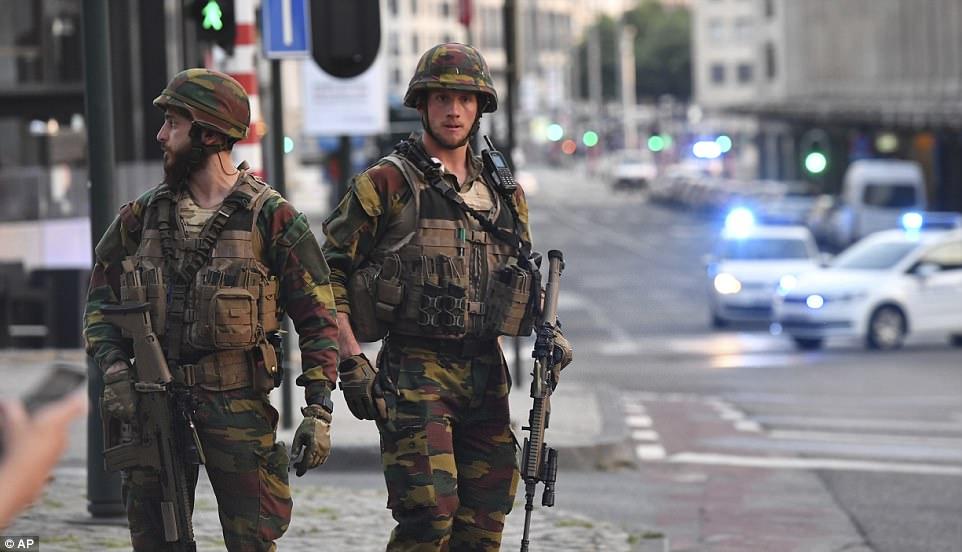 Ejército belga soldados patrullan fuera de la estación central después de una explosión informado