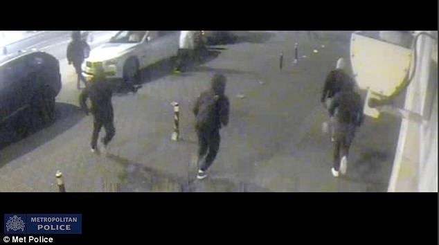 La perturbadora imágenes muestran los transeúntes a entrar en pánico ya que el grupo de matones encapuchados le persigue a Jonathan McPhillips