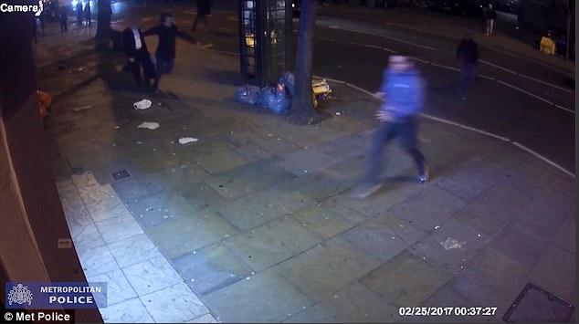 La matanza se extiende hasta la carretera y el Sr. McPhillips puede verse chocar contra un transeúnte que llevaba ropa inteligente antes de que él sigue a huir