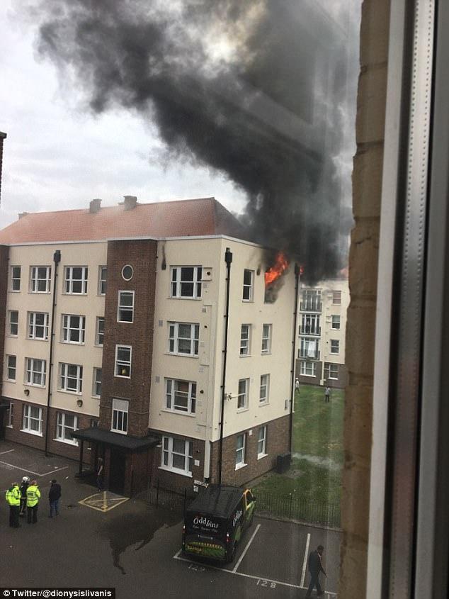 Bethnal Green Road estaba cerrada mientras los bomberos abordado el infierno rugiente