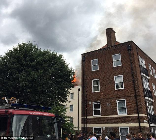 Cuerpo de Bomberos de Londres dijo llamas habían envuelto a un tercer piso plano y luego se extendió a la azotea del edificio de cuatro plantas