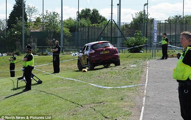 El vehículo (en la foto) arado contra la multitud que se había embalado en un campo de deportes de la universidad que estaba proporcionando espacios de estacionamiento adicionales para la mezquita central de Newcastle en 9.14am