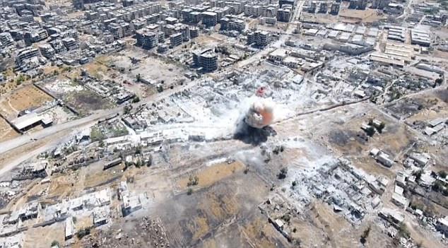 El fuego se convierte rápidamente a fumar después de que las tierras de misiles y destruye el edificio se golpea