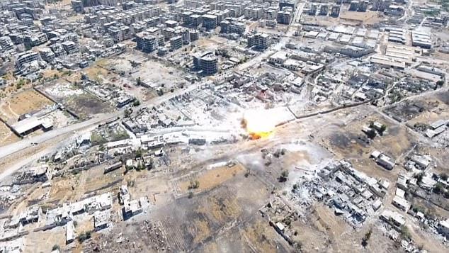 Las tierras de misiles y estalla en una bola estragos del fuego en las afueras de Damasco, Siria