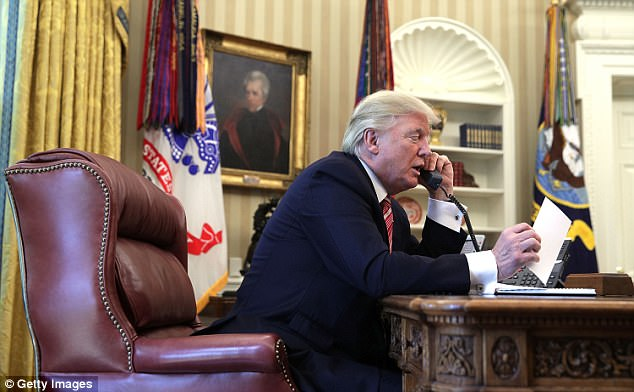 Donald Trump en la Oficina Oval de la Casa Blanca, que ha dicho que no se presentará para el uso de Siria de armas químicas, que dijo que su administración estaba preparando Bashar Assad