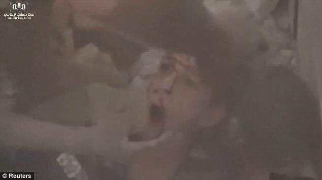 Uno de los dos niños que tuvieron que ser rescatados es ver con un aspecto de concha de asombro en su rostro después de la explosión