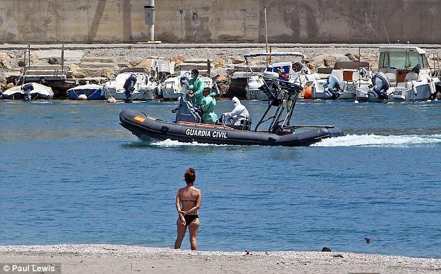 La policía recuperó el cuerpo de un migrante argelino y se llevaron al hombre en un puerto turístico español bastante