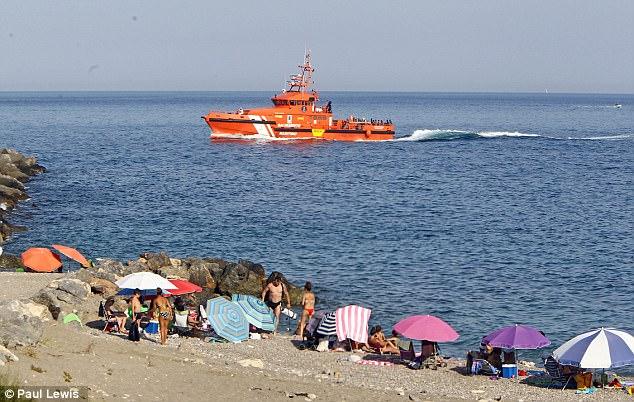 El barco guardacostas Guardamar Polimnia trajo inmigrantes que acababan de ser rescatados frente a la costa de África del Norte