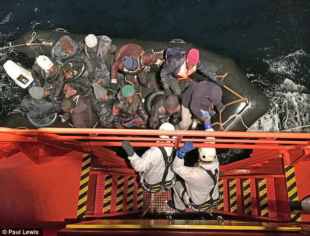 Migrantes tuvieron que ser rescatados por los guardacostas después de haber salido del norte de África en conjunto