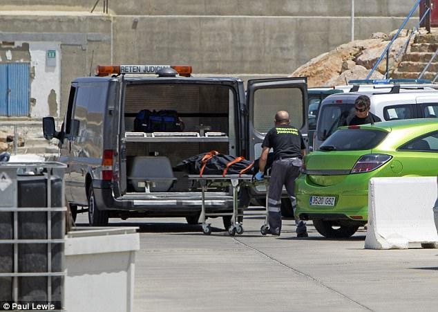 Los agentes de policía ayudaron a transportar el cuerpo del migrante argelino que fue encontrado en el agua