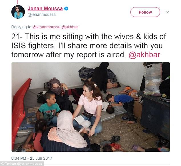 Jenan Moussa sentado con las esposas ISIS y niños en el campamento de desplazados en Siria