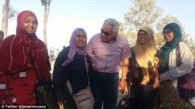 Un periodista de una emisora de televisión árabe Jenan Moussa realizó sus entrevistas en el campo.  Allí, ella dijo que vio esta familia de Indonesia, que afirmaron que habían sido víctimas de ISIS, pero se negaron a hablar con ella