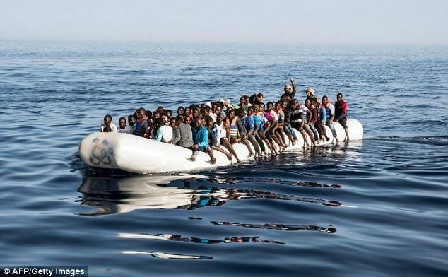 Italia ha rogado a otros países europeos para aceptar barcos migrantes y amenazado con cerrar sus puertos como la nación se esfuerza por hacer frente a los números de registro.  Un barco que transportaba inmigrantes se representa la semana pasada fuera de la ciudad costera de Zawiyah, Libia