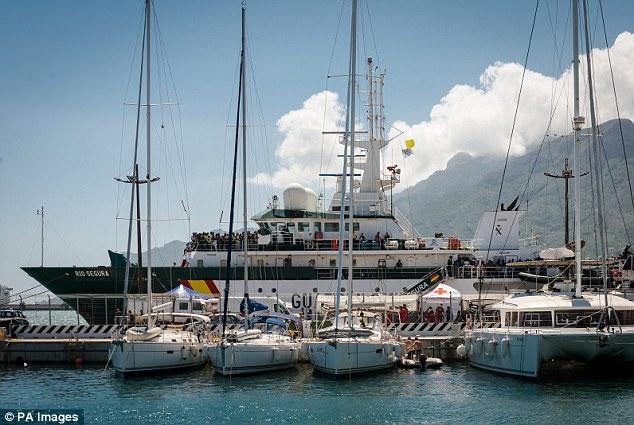 Un barco llega a España después de haber viajado a través del Mediterráneo, con cerca de 1.200 inmigrantes a bordo