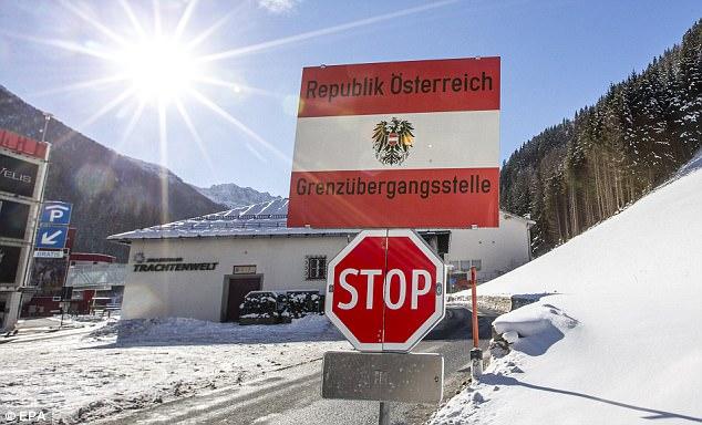 Un signo en el puesto fronterizo entre el Tirol, Austria y Tirol del Sur, Italia, visto desde el lado de Austria el 19 de enero, el año 2016