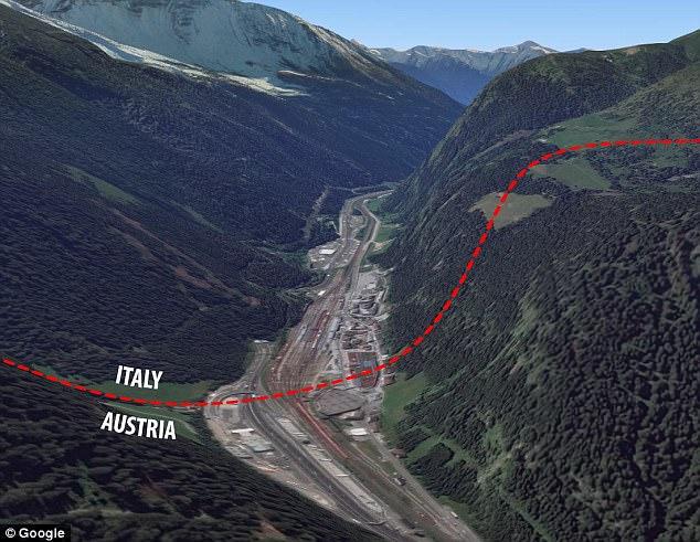 El paso de Brenner Alpine que muestra la frontera entre Italia y Austria en el sur del país