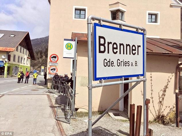 manifestantes italianos protestan contra el gobierno de Austria que quiere cerrar la frontera entre Italia y Austria a los migrantes y refugiados en el Brenner, Austria, 24 de Abril el año 2016