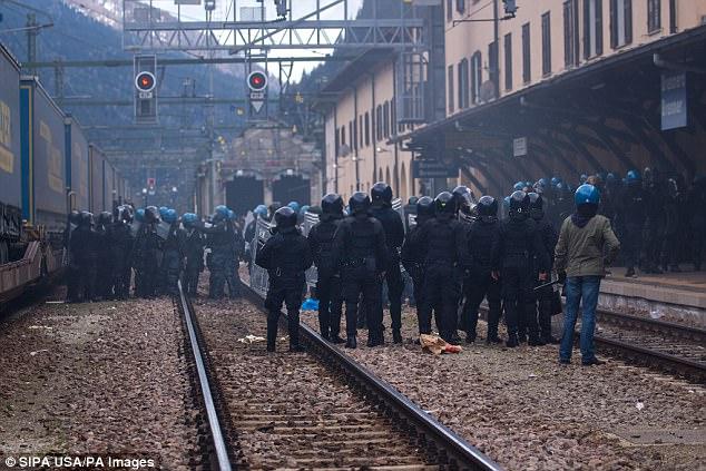 No hay activistas fronterizos chocan con la policía italiana en la estación de tren de Brenner el 7 de mayo el año 2016 durante las manifestaciones contra la posible decisión de Austria de cerrar la frontera con Italia