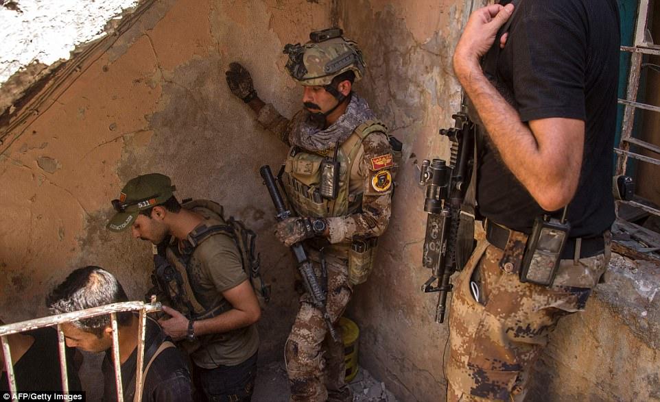 Las fuerzas iraquíes han hecho progresos, liberando al este de Mosul en enero de este año, pero ISIS ha estado refutando con ataques violentos mientras el grupo pierde más terreno