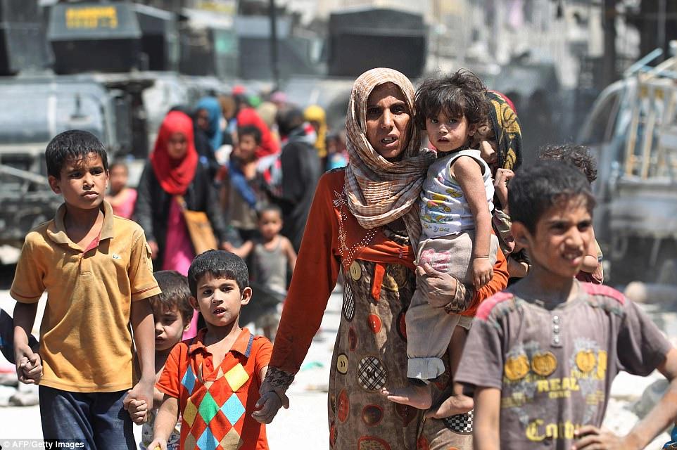Iraquíes huyen de la Ciudad Vieja de Mosul durante la ofensiva de las fuerzas gubernamentales iraquíes para retomar la ciudad del Estado Islámico