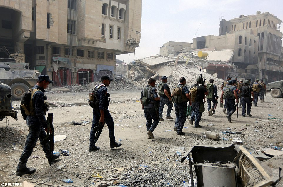 El viernes, hasta 100 combatientes de ISIS comenzaron a disparar contra unidades de la 16a División del Ejército iraquí acusadas de mantener la línea de frente noroeste en el barrio de la Ciudad Vieja de Mosul. Fotos son miembros de la policía federal de Irak