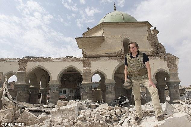 Foto: Ian Birrell se encuentra junto a la Mezquita Grand al-Nun en el casco antiguo de Mosul.  Fuentes británicas y kurdas dicen que hay unos 100 o más combatientes Isis que todavía se esconden en la zona