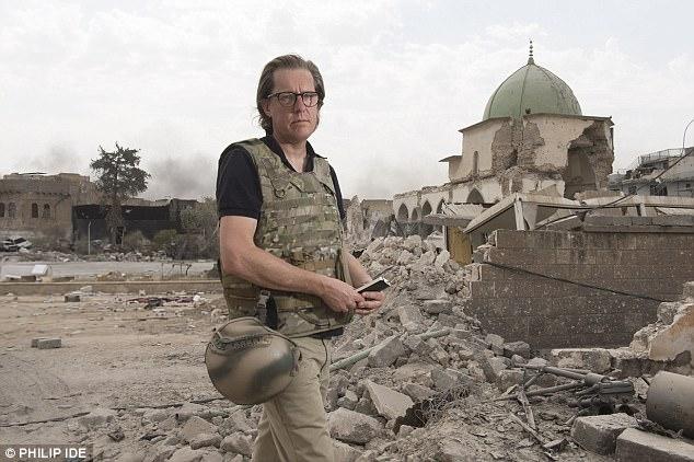 Foto: Ian Birrell se encuentra entre los escombros en el casco antiguo de Mosul, Irak