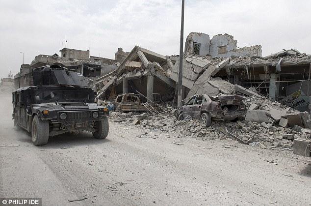 """""""El califato ha caído"""", me gritó triunfalmente un soldado iraquí mientras su Humvee negro golpeado pasaba corriendo, arrojando nubes de espeso polvo que pronto se fusionó con el humo oscuro que se elevaba desde los cohetes cercanos"""