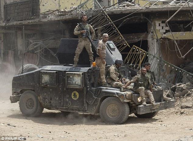 La batalla salvaje para extinguir IS comenzó hace 265 días.  Foto: Tropas en un Humvee en Mosul