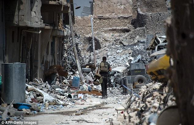 Deje que la advertencia de Gen Townsend llegara mientras los luchadores iraquíes continuaban recorriendo lo que queda de la Ciudad Vieja de Mosul por artefactos explosivos ocultos y combatientes de ISIS ocultos
