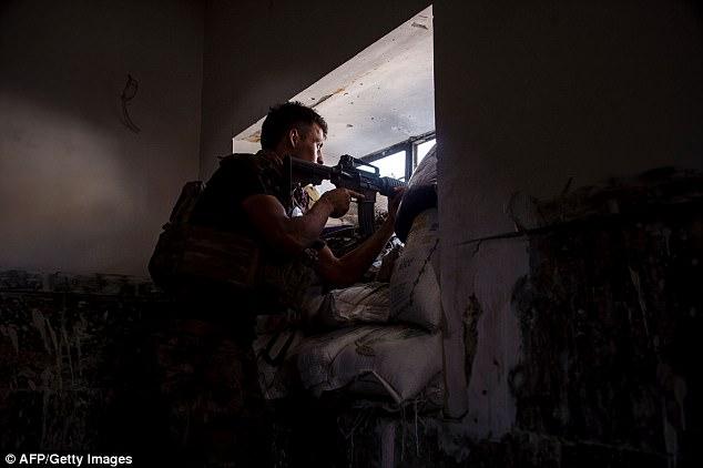 Un miembro de las fuerzas armadas iraquíes patrulla la Ciudad Vieja en Mosul después de la victoria contra ISIS