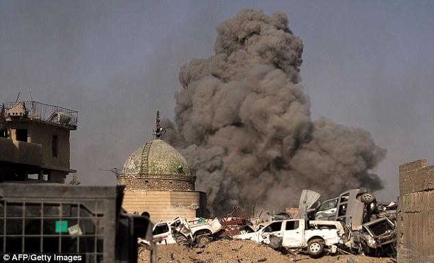 Las fuerzas iraquíes luchan para librar a Mosul de los últimos combatientes de ISIS poco antes de que el primer ministro Haider al-Abadi anunciara la victoria sobre el grupo
