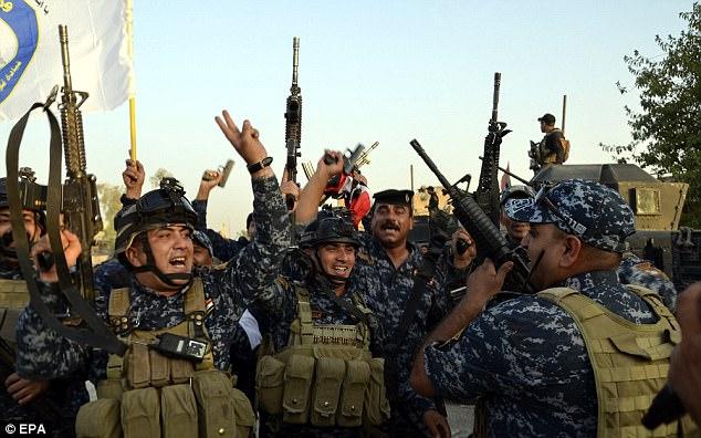 Las tropas iraquíes han estado celebrando su victoria duramente ganada en el centro de Mosul después de meses de lucha para recuperar la ciudad de ISIS llegó a un final oficial de ayer