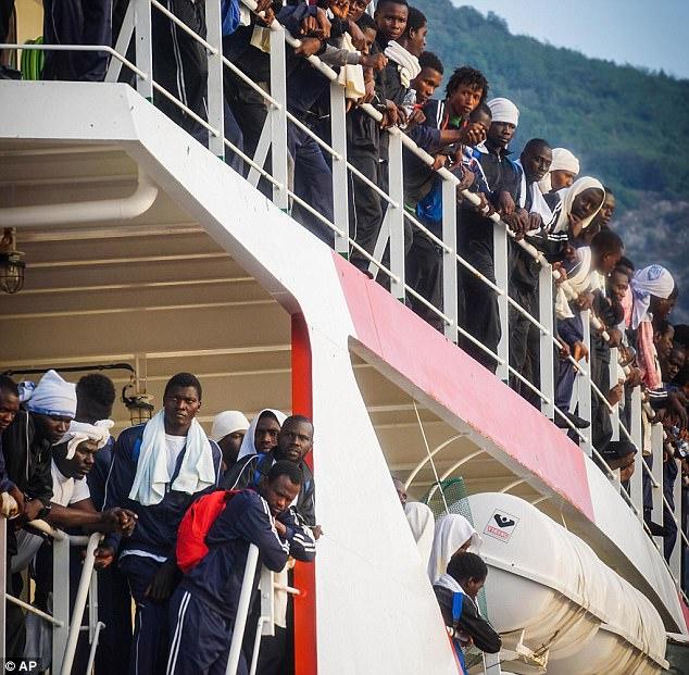 Los inmigrantes esperan a desembarcar de la nave Vos Prudence de Medecins Sans Frontier después de ser rescatados en el mar.  Italia está luchando para hacer frente a la cantidad de personas que llegan a sus costas