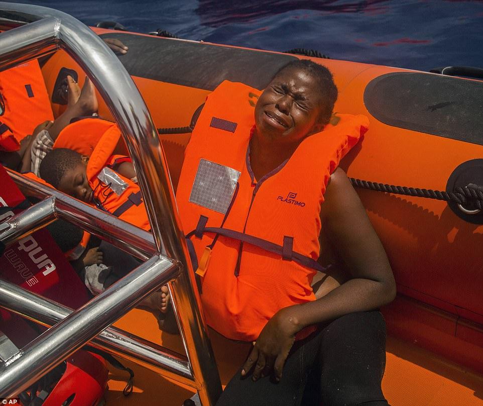 El dolor es grabado en la cara de esta madre después de ser rescatado junto con otros 167 tratando de cruzar el Mar Mediterráneo