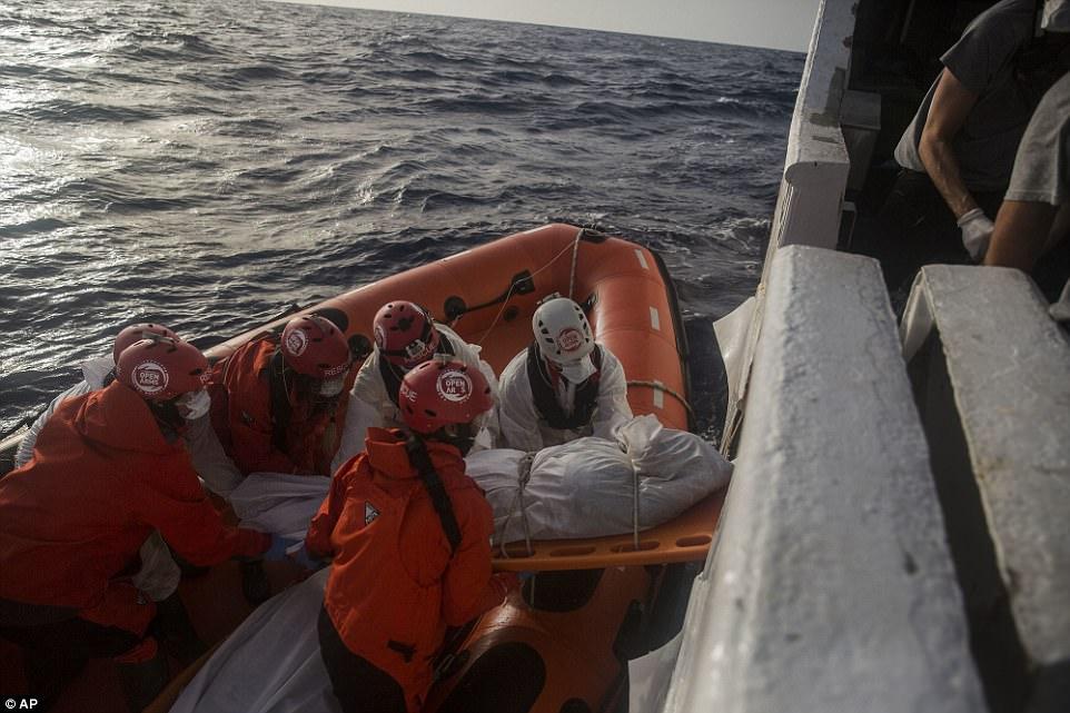 Trabajadores de rescate de Proactiva Open Arms arrastran otro cuerpo del agua en el Mar Mediterráneo frente a la costa libia