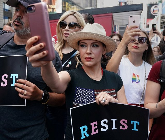 42b7880a00000578 4733888 Actress_alyssa_milano_was_at_the_protest_left_as_was_miss_pepper A 101_1501114963339 Jpg
