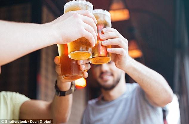 Mohamed Elmouelhy dice que los hombres australianos están demasiado ocupados bebiendo cerveza para ser futuros padres