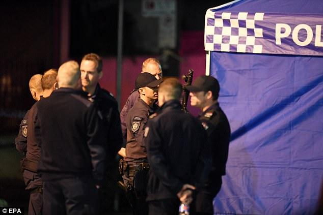 """La policía (representada) implicada en el raid estaba actuando para evitar que un supuesto complot derribara un avión con una """"bomba"""""""
