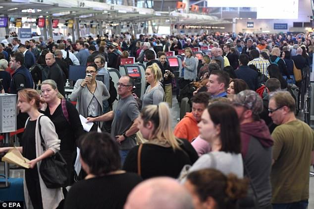 Los viajeros experimentan largos retrasos en los aeropuertos australianos después de que la seguridad se incrementó durante el fin de semana