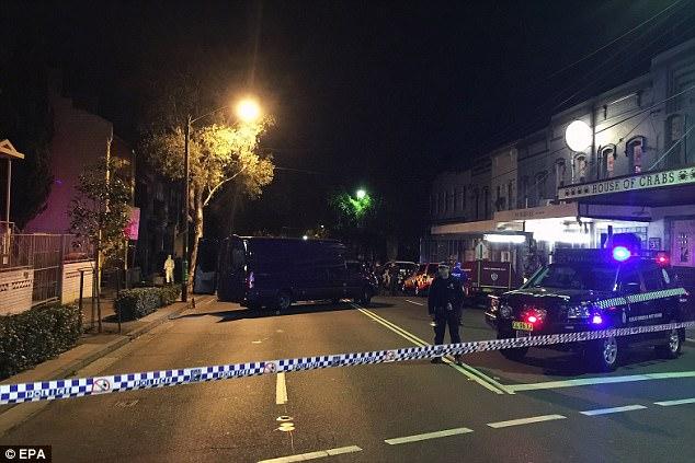 NSW Policía y oficiales forenses en el lugar de una incursión contra el terrorismo en una propiedad en Cleveland Street en Surry Hills
