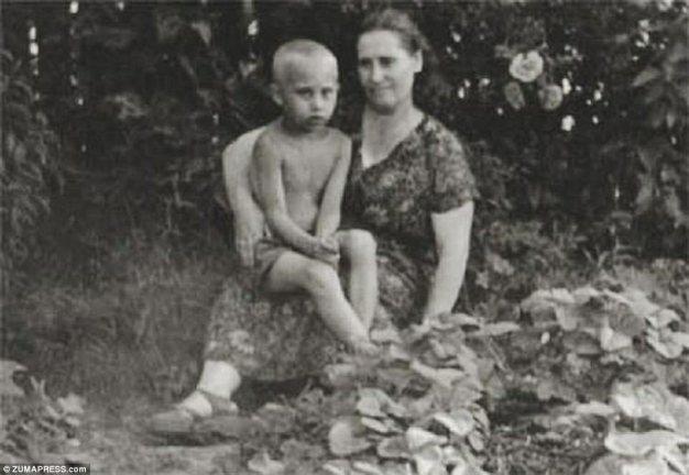 Возлюбленный сын: Молодой Владимир, изображенный со своей матерью Марией Путиной в 1958 году, был третьим сыном его родителей, однако его два старших брата умерли до его рождения
