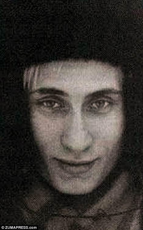 Влюбленный мужчина: Владимир позирует в меховой шапке в начале 1980-х годов, когда-то в какой-то момент во время его участия в его будущей жене Людмиле, стюардессе, четыре года младший