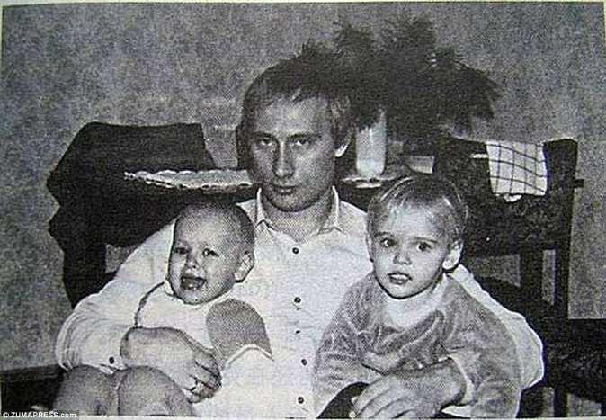 Его самая любимая: бывшая жена Путина рассказала официальному сайту президента о том, что он испортит двух своих девочек и что она должна взять на себя ответственность за дисциплинирование своих дочерей