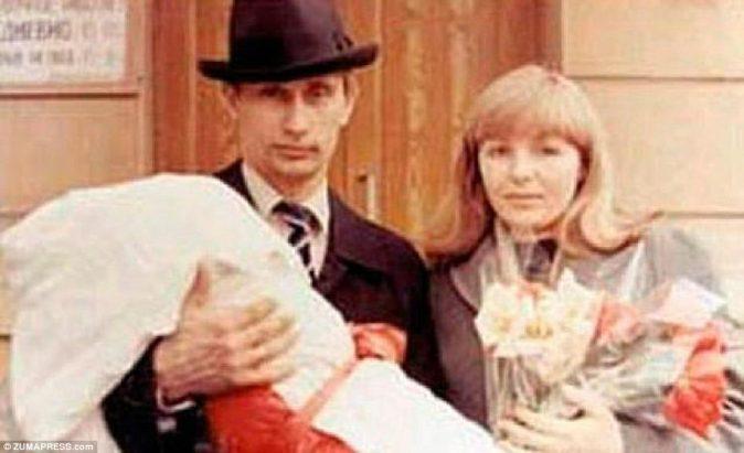 Верный человек: Путин, изображенный вместе со своей женой в середине 1980-х годов, был опубликован в Германии до 1990 года и сам рассказал о том, как он начал лихорадочно сжигать все свои файлы во время падения Берлинской стены в 1989 году. После падения Восточной Германии, Путин вернулся в Санкт-Петербург и работал над своей старой альма-матерью, а также следил за потенциальными новобранцами КГБ